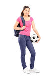 Chica joven que lleva a cabo un fútbol Foto de archivo libre de regalías