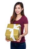 Chica joven que lleva a cabo un giftbox grande Fotos de archivo libres de regalías