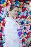 Chica joven que lleva un kimono imágenes de archivo libres de regalías