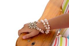 Chica joven que lleva una pulsera de la perla y de Foral Fotografía de archivo libre de regalías