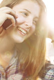 Chica joven que manda un SMS en el teléfono Fotos de archivo libres de regalías