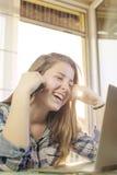 Chica joven que manda un SMS en el teléfono Fotografía de archivo libre de regalías
