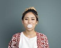 Chica joven que mastica concepto del chicle Fotografía de archivo
