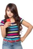 Chica joven que mecanografía en su teléfono móvil Imagen de archivo libre de regalías