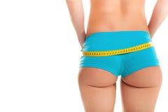 Chica joven que mide su cintura y que es feliz Imagen de archivo