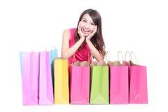 Chica joven que miente con los panieres Fotos de archivo libres de regalías