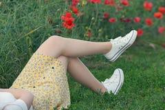Chica joven que miente en campo fotos de archivo