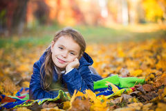 Chica joven que miente en el parque Fotos de archivo libres de regalías