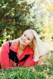 Chica joven que miente en la hierba Fotografía de archivo libre de regalías