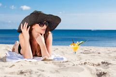 Chica joven que miente en la playa Fotografía de archivo