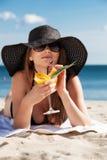 Chica joven que miente en la playa Fotos de archivo libres de regalías