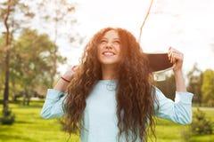 Chica joven que mira el cielo en parque Imagenes de archivo