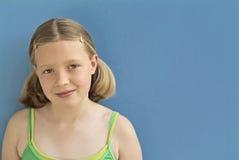 Chica joven que mira en preguntarse de la cámara? fotografía de archivo