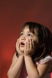 Chica joven que mira en temor imagen de archivo