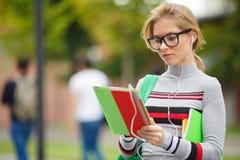 Chica joven que mira la tableta Imágenes de archivo libres de regalías