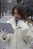 Chica joven que mira la tableta Foto de archivo