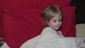 Chica joven que mira la televisión de la TV en la cama metrajes