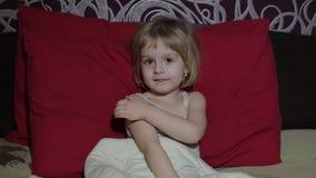 Chica joven que mira la televisión de la TV en la cama almacen de metraje de vídeo