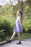 Chica joven que mira lejos en un jardín Foto de archivo