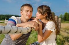 Chica joven que mira a su novio Foto de archivo