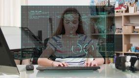 Chica joven que mira una pantalla de visualización futurista delante de ella metrajes