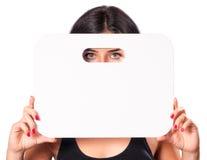 Chica joven que muestra la tarjeta en blanco Fotos de archivo