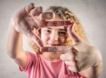 Chica joven que muestra un cuadrado Fotos de archivo