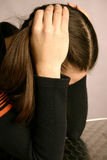 Chica joven que parece desesperada fotografía de archivo