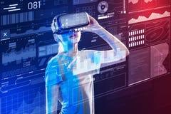 Chica joven que parece impresionada mientras que lleva los vidrios de la realidad virtual Imagen de archivo libre de regalías
