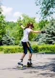 Chica joven que patina en rollerblades Imagen de archivo