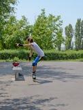 Chica joven que patina en un parque del patín Imagenes de archivo