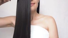 Chica joven que peina el pelo liso largo después de hacer una ducha almacen de video
