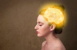 Chica joven que piensa con el ejemplo del cerebro que brilla intensamente Fotos de archivo libres de regalías