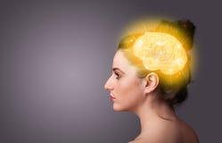 Chica joven que piensa con el ejemplo del cerebro que brilla intensamente Imagen de archivo libre de regalías