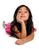 Chica joven que pone en el suelo blanco Imagen de archivo libre de regalías
