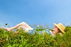Chica joven que pone en prado Fotos de archivo libres de regalías