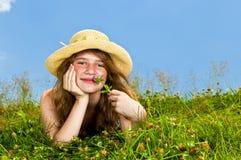 Chica joven que pone en prado Imagen de archivo libre de regalías