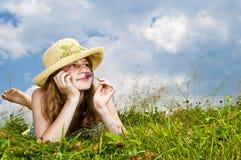 Chica joven que pone en prado Foto de archivo libre de regalías