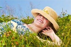 Chica joven que pone en prado Imagenes de archivo