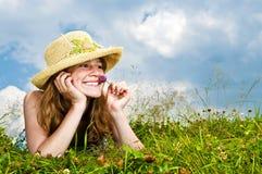 Chica joven que pone en prado Foto de archivo
