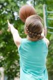 Chica joven que pone encima de un tiro Foto de archivo