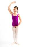 Chica joven que practica su ballet. Imagen de archivo libre de regalías