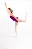 Chica joven que practica su ballet. Fotografía de archivo libre de regalías