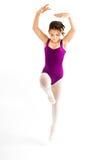 Chica joven que practica su ballet. Imágenes de archivo libres de regalías