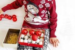 Chica joven que prepara el ornamento de la Navidad imagenes de archivo