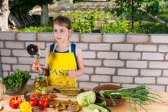 Chica joven que prepara las verduras frescas para conservar Fotos de archivo libres de regalías