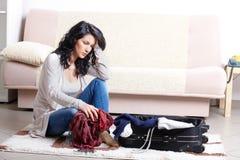Chica joven que prepara su equipaje antes de recorrido Foto de archivo libre de regalías
