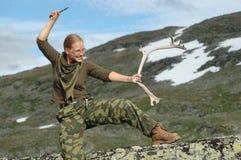 Chica joven que presenta con el claxon del cuchillo y de los ciervos Fotos de archivo