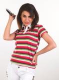 Chica joven que presenta con el cuchillo de la explotación agrícola de la camiseta Fotos de archivo