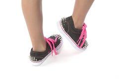 Chica joven que presenta con los nuevos zapatos con los pernos prisioneros Imágenes de archivo libres de regalías